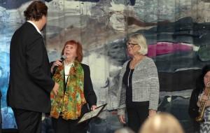 Alice rörberg och Agneta Jörgensen från Sällskapets styrelse uppvaktar stipendiaten Anton Ljungqvist.